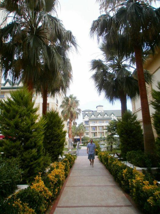 Drumul catre plaja hotelului Alva Donna