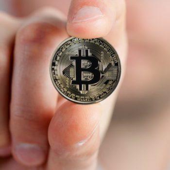 merita sa investesti in bitcoin criptomonede